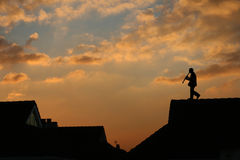 Musicus op het dak stock foto's