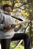 Musicus Playing Outdoors stock afbeeldingen