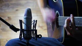 Musicus Recording Acoustic Guitar in Microfoon op de Huisstudio stock video