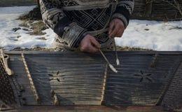Musicus van de handen de vuile oude die straat op een oud muzikaal instrument wordt gespeeld royalty-vrije stock foto