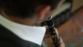 Musicus in witte korte spelen de fluit stock videobeelden