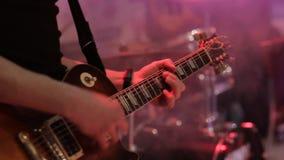 Musicushand die elektrische gitaar spelen stock video