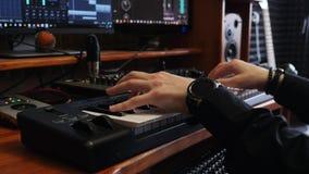 Musicussongwriter het spelen het toetsenbord van pianomidi in de studio van de huismuziek Correcte producent die pop rotsliederen stock videobeelden
