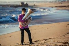 Musicusspel aan Tuba op oceaankust hobby royalty-vrije stock afbeeldingen