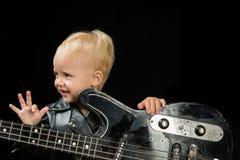 Musik är min flykt Vagga - och - rullmusikaktören Little rockstjärna Barnpojke med gitarren Liten gitarrist i vippa royaltyfri fotografi