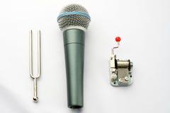 En högaffel, en mikrofon och en carillon Royaltyfri Bild