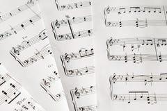 Musik-anmärkningar på vitbokcloseupen ingen bakgrund Royaltyfria Foton