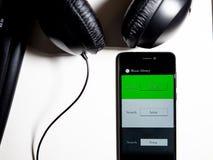 Musik-APP im Telefon mit Tastatur und Kopfhörern stockfoto