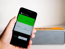 Musik app och högtalare arkivbilder