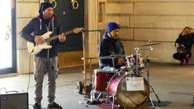 Musik-Band, die in Rom-Stadtzentrum zu Weihnachts- oder Weihnachtszeit durchführt stock footage