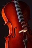 Musik-Cello in der Dunkelheit Stockbild