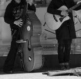 Musik de la calle con el bajo y la guitarra del conta Imagen de archivo libre de regalías