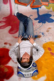 Musik des jungen Mannes, Graffitiwand Lizenzfreies Stockbild