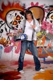 Musik des jungen Mannes, Graffitiwand Lizenzfreies Stockfoto