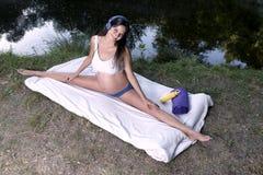 Musik entspannt sich See-Yoga-schwangere Frau Stockfotos