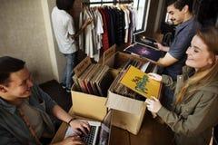 Musik för lager för vinylrekord som shoppar Oldschool klassikerbegrepp arkivfoto
