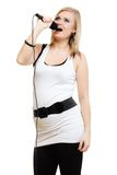 musik Flickasångaremusiker som sjunger till mikrofonen Royaltyfri Bild