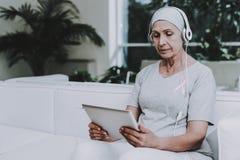 Musik gillar mediciner remission stämpel för fund för find för bröstcancerbotslagsmål post arkivfoton