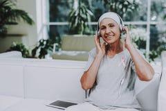 musik klinik mediciner remission stämpel för fund för find för bröstcancerbotslagsmål post royaltyfri fotografi