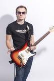 Musik-Konzepte Porträt des jungen kaukasischen Gitarristen Lizenzfreie Stockfotografie
