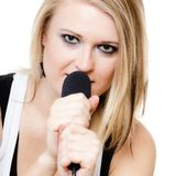 Musik Mädchensängermusiker, der zum Mikrofon singt Lizenzfreie Stockfotografie