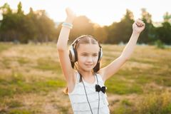 Musik och dansa för nätt flicka lyssnande Arkivfoton