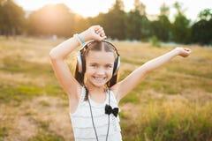 Musik och dansa för rolig flicka lyssnande Royaltyfri Fotografi