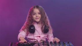 Musik på dj-konsolen av liten flickamusikern, ultrarapid arkivfilmer