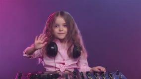Musik på dj-skivtallrik av liten flickamusikern, ultrarapid stock video