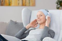Musik på hörlurar arkivbild