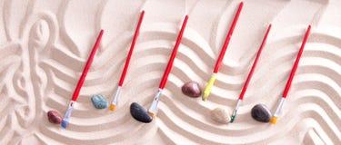 Musik-Personal gezeichnet in Sand mit Malerpinsel-Anmerkungen Stockfotografie