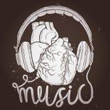 Musik-Plakat mit anatomischem Herzen und Kopfhörer auf Tafel Stockfoto