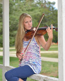 Musik-Reihe - Violinen- oder Geigenspieler im Freien Stockbild