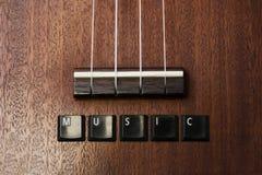 Musik reiht hölzernen Hintergrund der Ukulelegitarre auf Stockbilder