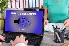 Musik som strömmar begrepp på en bärbar dator Arkivbilder