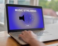 Musik som strömmar begrepp på en bärbar dator arkivfoton