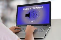 Musik som strömmar begrepp på en bärbar dator Royaltyfri Bild