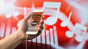 Musik som strömmar med smartphonen arkivfoto