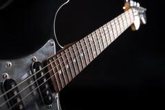 Musik und Kunst E-Gitarre auf einem Schwarzes lokalisierten Hintergrund Horizontaler Rahmen Stockbilder