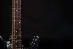Musik und Kunst E-Gitarre auf einem Schwarzes lokalisierten Hintergrund Horizontaler Rahmen Stockfotos