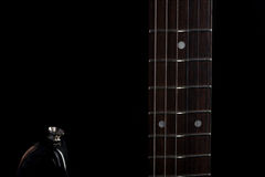 Musik und Kunst E-Gitarre auf einem Schwarzes lokalisierten Hintergrund Horizontaler Rahmen Lizenzfreie Stockbilder
