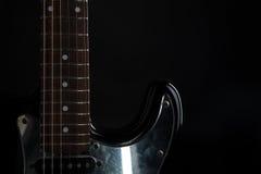 Musik und Kunst E-Gitarre auf einem Schwarzes lokalisierten Hintergrund Horizontaler Rahmen Lizenzfreie Stockfotografie