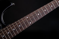 Musik und Kunst E-Gitarre auf einem Schwarzes lokalisierten Hintergrund Horizontaler Rahmen Stockfotografie