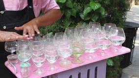 Musik vid vinexponeringsglasen av olika format fyllde med vatten lager videofilmer
