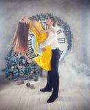 Musikalische Abbildung und Vektor Weihnachtsfest Drei recht reizvolle Mädchen, die Weihnachtsmann-, Katze- und Häschenkleidung tr Stockfotos
