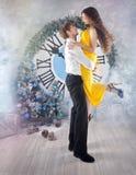 Musikalische Abbildung und Vektor Weihnachtsfest Drei recht reizvolle Mädchen, die Weihnachtsmann-, Katze- und Häschenkleidung tr Stockfoto