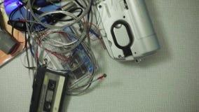 Musikalische Ausrüstung trows auf Tabelle Drumm haftet, Kassette, Scheiben, Rekordspieler stock video