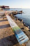 Musikalische Bank auf dem Ufergegendwinter Schwarzen Meers Stockfoto