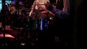 Musikalische Gruppe, die Jazz am Abend an einem Café spielt Zeitlupe, 1920x1080, volles hd stock footage
