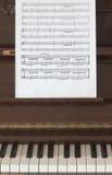 Musikalische Kerbe und Klavier lizenzfreies stockfoto